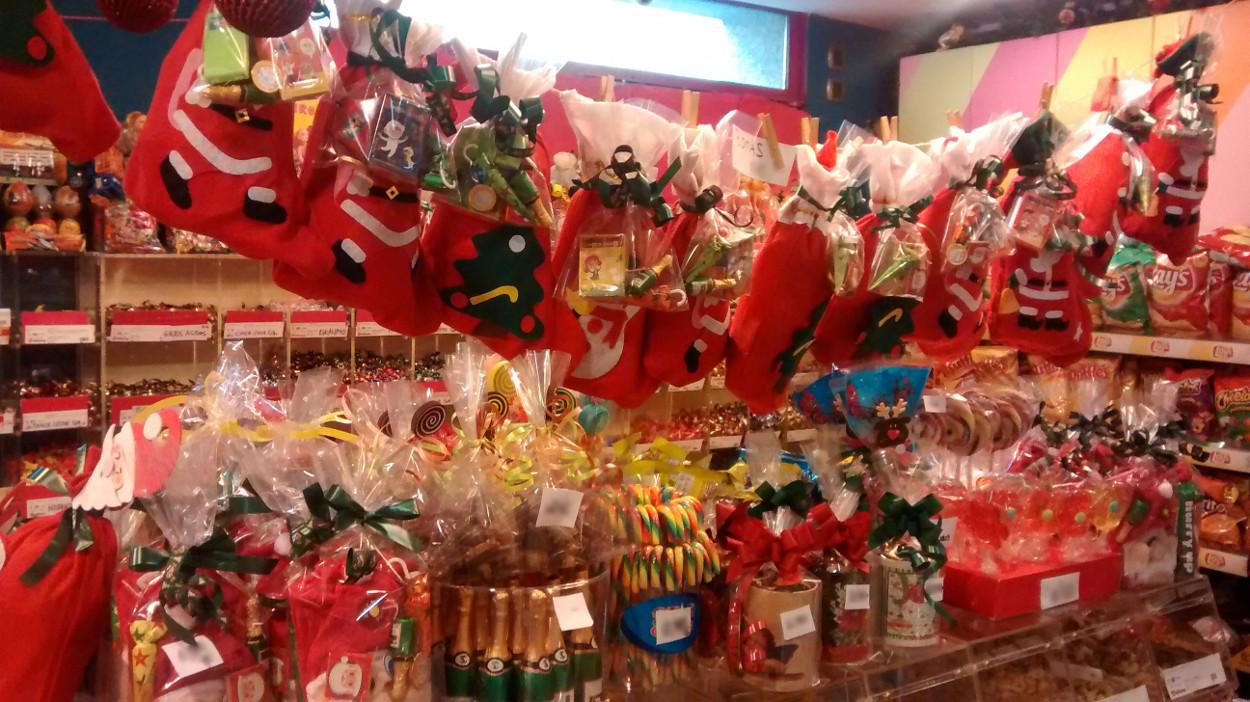 Decoracion Navideña realizada con las botas y sacos de Santa Claus y articulos de Chocolate tipicos de estas fiestas.